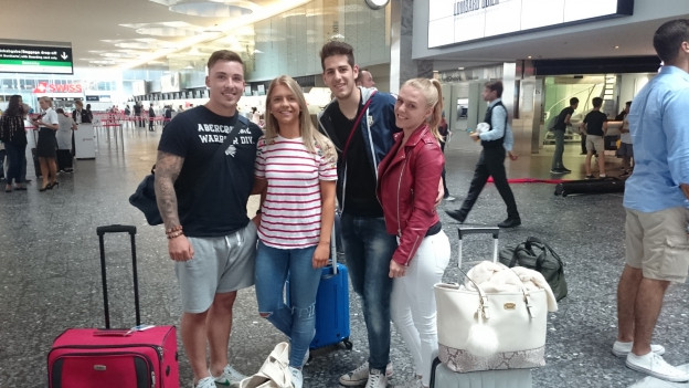 Gruppe von jungen Ibizareisenden