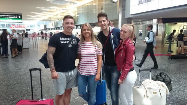 Gruppe junger Ibizareisender.