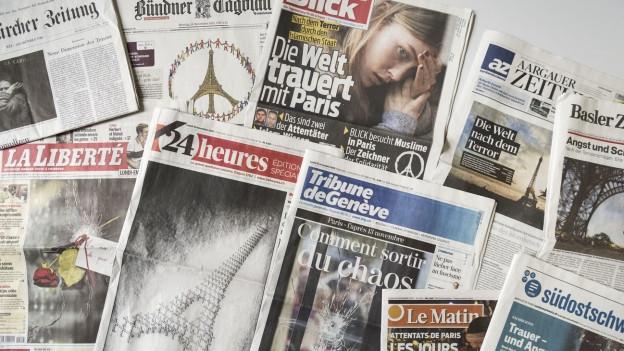 Zeitungscovers nach den Anschlägen in Paris vom November 2015.