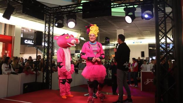 Drag Queen Gossipa im Einkaufszentrum