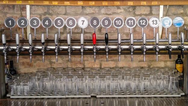 Paradies für Bierliebhaber: Zapfhahn-Batterie in einer Craftbeer-Bar.