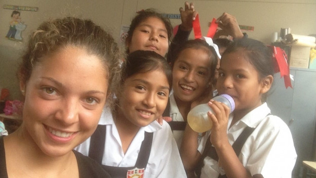 Laura mit ihren Schülerinnen