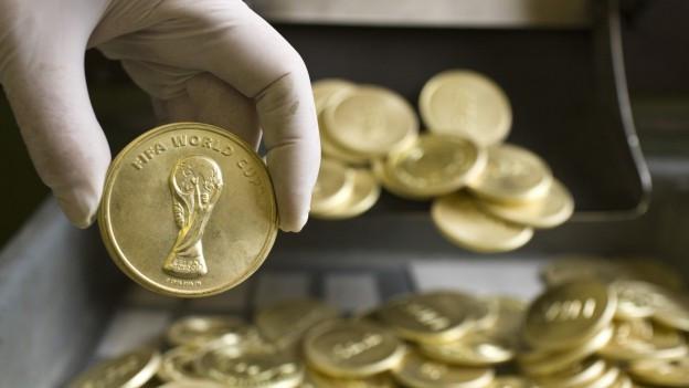 Bildlegende: Die Schattenseite des Fussballerdaseins: Man wird regiert vom Geld.