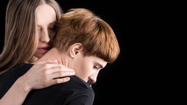 Ein lesbisches Paar umarmt sich
