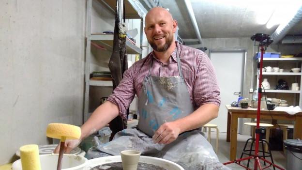 Töpferer Jens in seinem Atelier «die heile Welt».