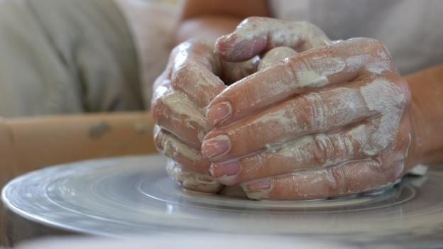 Töpfern macht die Hände dreckig und den Geist entspannt.