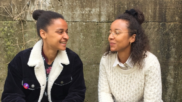 Nicht ständig in Kontakt und trotzdem nah: Sarah und Michelle Akanji