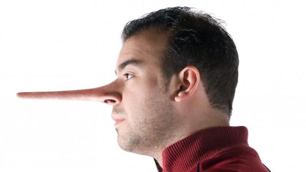 Ein Mann mit einer langgezogenen Pinocchio-Nase.