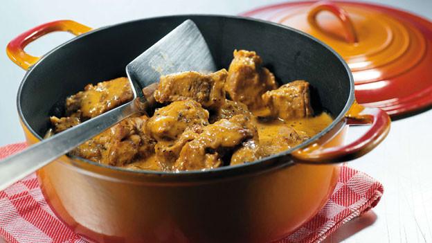 Faustregel: Grosse Fleisch-Stücke vor dem Anbraten salzen, kleine Fleisch-Stücke nach dem Anbraten.