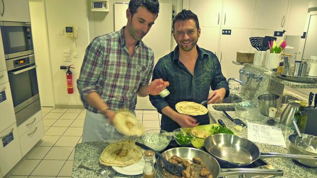 Gerberic und Hoffmanovic kochen sich mit Cevapcici in Ferienstimmung.