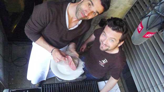 Sehen sie nicht schon ein bisschen brasilianisch aus? Philippe Gerber und Jann Hoffmann feuern den Grill ein. Brasilianisch heissblütig.