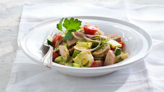 Mit dem gegrillten Cervelat kommt die Extravaganz in den Käse-Wurst-Salat.