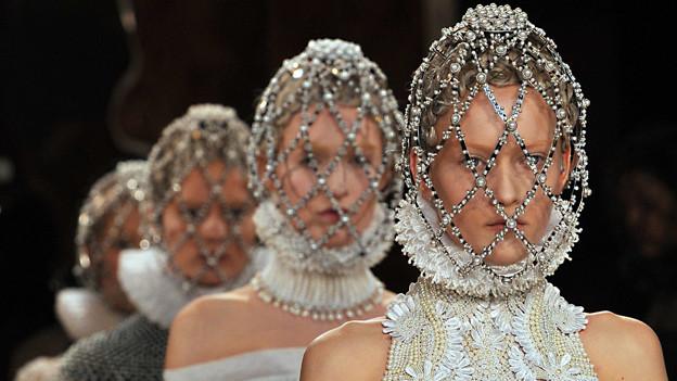 Models präsentieren in Paris gewagte Kreationen von Alexander McQueen.