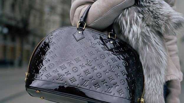 Am Ellbogen baumelnd: So tragen Tussis ihre Handtasche.
