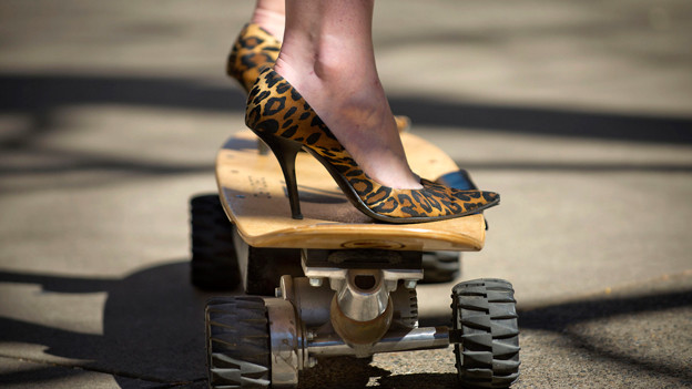 High Heels auf Skateboard