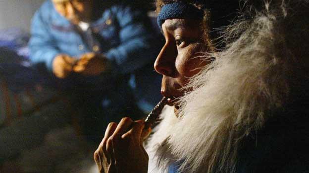 Sie waren die ersten Parkaträger: die Inuits. Da gönnt sich Jäger Meeka gleich ein Stück Seehundfleisch.