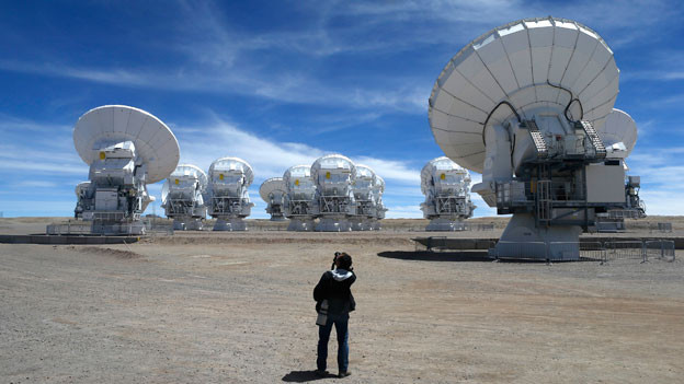 In der Atacama-Wüste versuchen wir Menschen ins All zu hören.