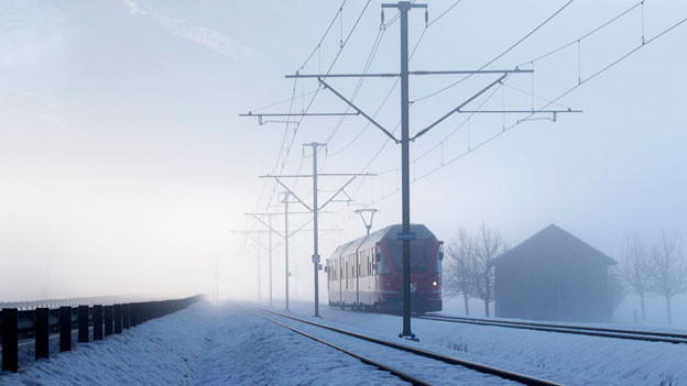 Dichter Nebel auf der RHB-Strecke in Schiers im Praettigau.