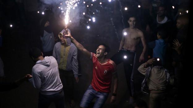 Junge Ägypter tanzen auf Kairos Strassen.