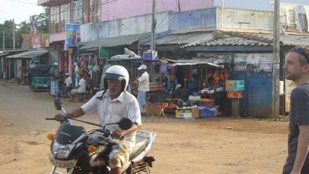 Strassenszene in Kalpitiya (am rechten Bildrand ein Musikredaktor auf der Suche nach Musik - oder vielleicht auch einfach nach einem kühlen Getränk)