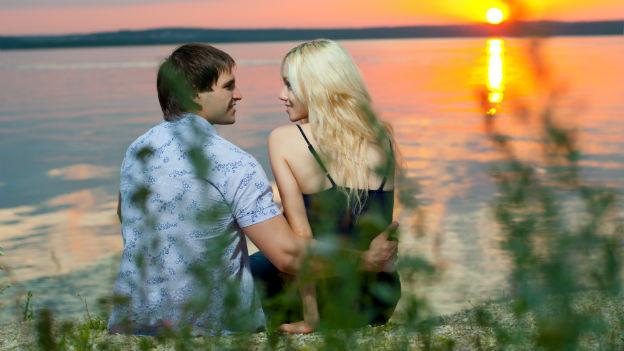 Verliebtes Paar bei Sonnenuntergang