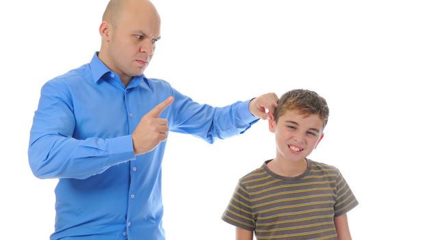 Vater reisst Sohn am Ohr