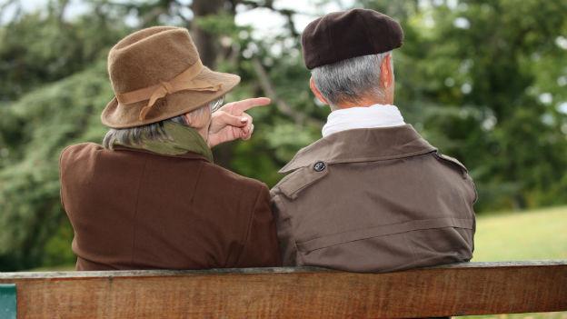 Ein altes Paar sitzt auf einer Parkbank