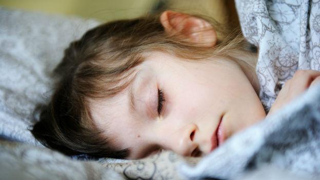 Eine junge Frau schläft. Was sie wohl träumt?
