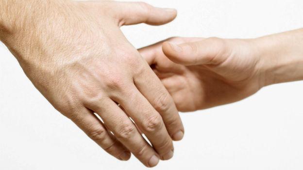 Zwei Hände schütteln sich
