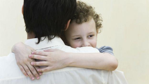 Ein Kind mit seinem Vater