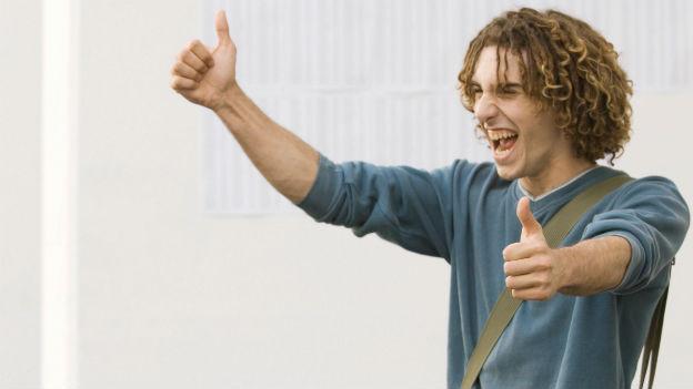 Ein Mann freut sich über einen Erfolg