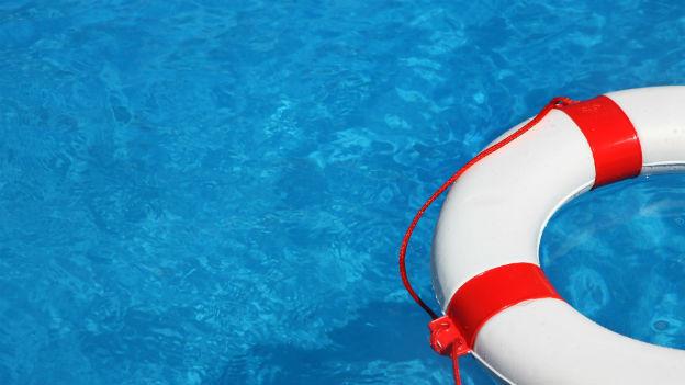 Ein Rettungsring im Wasser