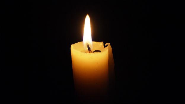Brennende Kerze im Dunkeln