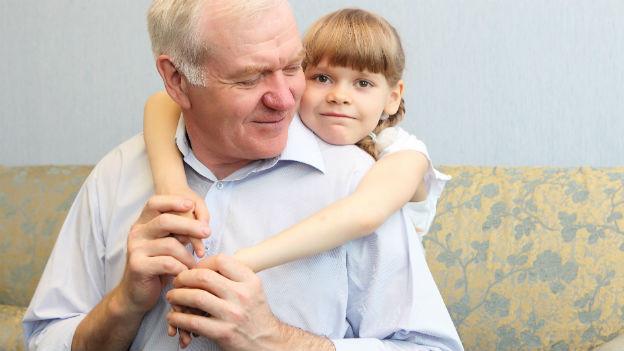 Grossvater mit Enkelkind
