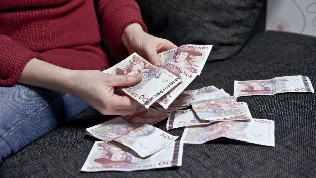 Frau zählt Geld