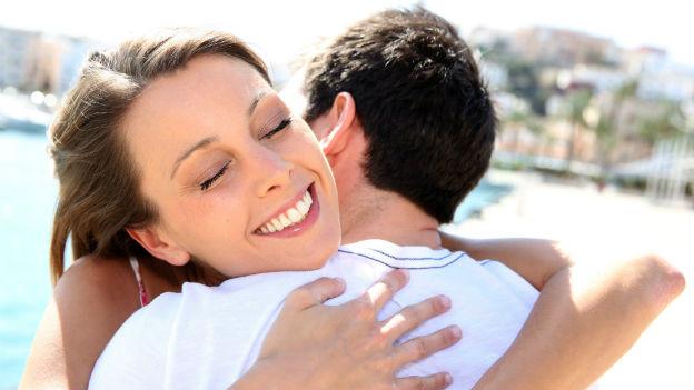 Frau in den Armen eines Mannes
