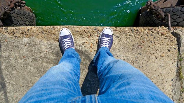 Schuhe vor dem Abgrund