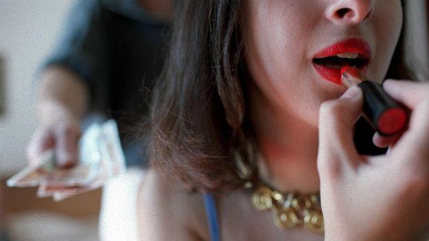 Prostituierte malt sich Lippen an