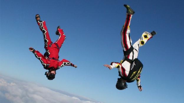 Zwei Skydiver kurz nach dem Absprung