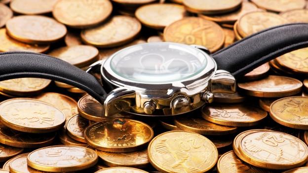Uhr mit Münzen