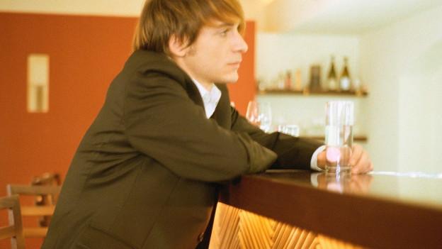 Einsamer Mann an der Bar