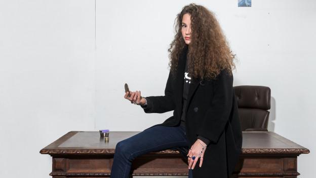 Aufmerksame Betrachter von Steff la Cheffe-Pressebildern haben gemerkt: Sie ist mittlerweile vom Tisch aufgestanden.