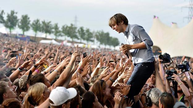 Phoenix-Sänger Thomas Mars badet am Paléo Festival in der Menge.