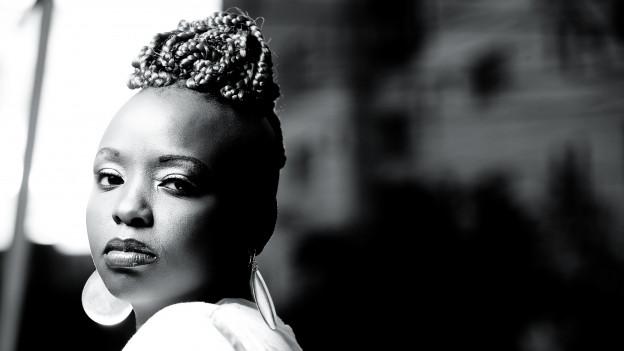 Die kenianische Rapperin, Sängerin und Percussionistin Muthoni The Drummer Queen