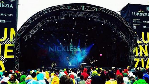 Farbenfrohe Kulisse beim Konzert von Nickless