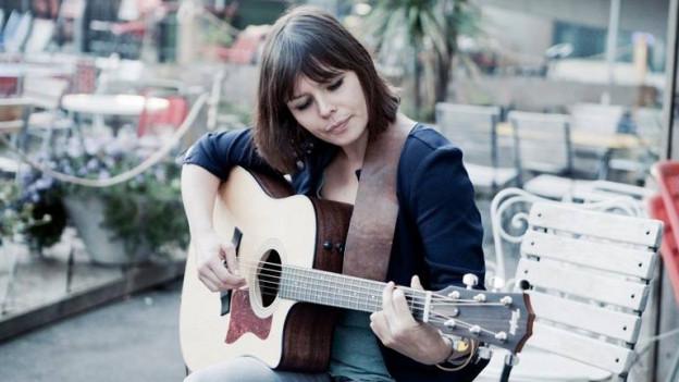 So fühlt sich Katharina Busch am wohlsten: Mit ihrer Gitarre in der Hand