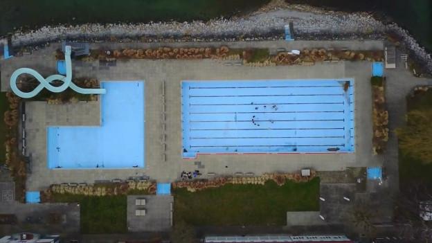 Panda Lux spielen im leeren Pool der Badi Rorschach und filmen sich dabei