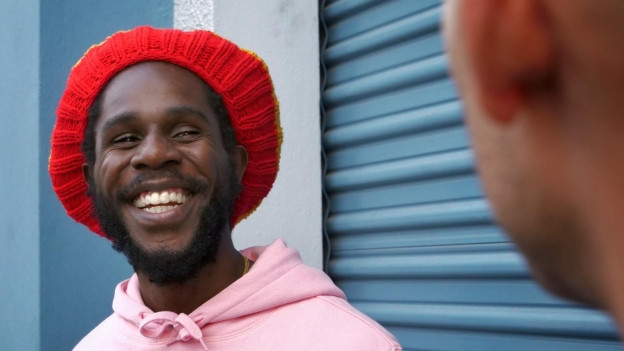 Chronixx mit Lukie Wyniger vor dem Tads International Recording Studio in Kingston