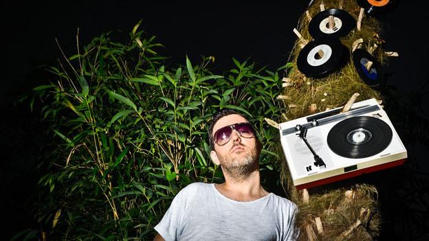 DJ Pesa legt Platten auf, oder hängt sie an Bäume.