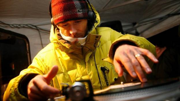 DJ Gian Simmen an den Ones and Twos